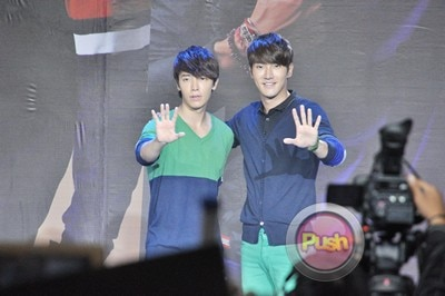 Siwon and Donghae Bench Meet and Greet_00014-407