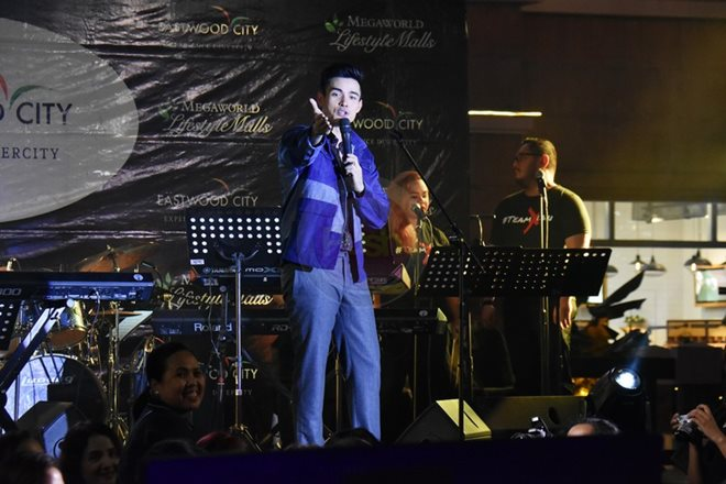 Here are some of the happenings from Xian Lim's mini-concert at Eastwood.