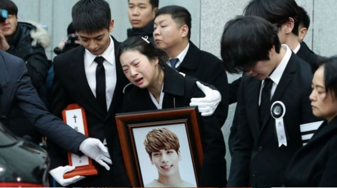 SHINee, Super Junior members carry Jonghyun's coffin in funeral service