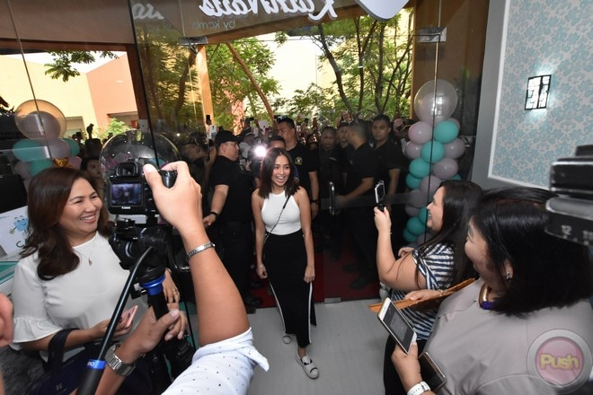 Daniel didn't miss the opening of Kathryn's 2nd nail spa branch at the SM Mall of Asia last Sunday.