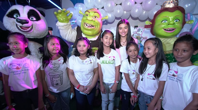 Milkita ambassador Liza Soberano spends time with Bantay Bata 163 kids