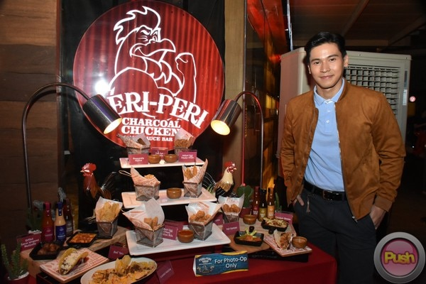 Enchong Dee graced the 12th anniversary celebration of a charcoal chicken restaurant chain.