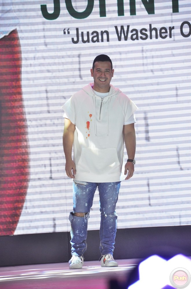 In a fashion show, celebrity men showed how detergent soap Ariel can clean the dirt off their clothe