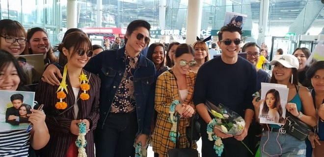 Kathryn, Daniel, Jericho & Maja meet fans at the airport in Thailand.