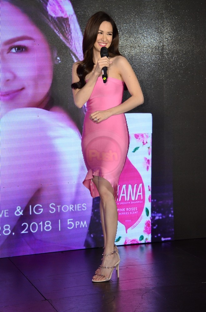 Marian Rivera dazzles the crowd during Hana Shampoo's event.