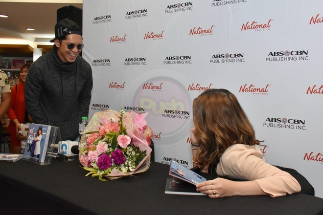Here's a treat for CarGel fans! Carlo surprised Angelica during the book launching of 'Para Kay Ex.'