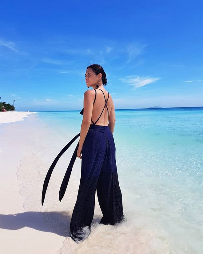 Lara Quigaman flaunts her sexy back by the beach.