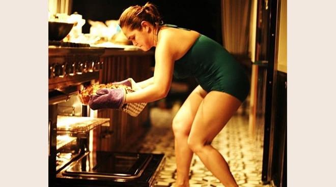Summer na talaga as Judy Ann Santos cooks in her swimsuit.