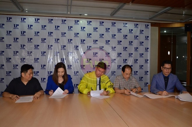 Christian Bautista signs with Universal Records.