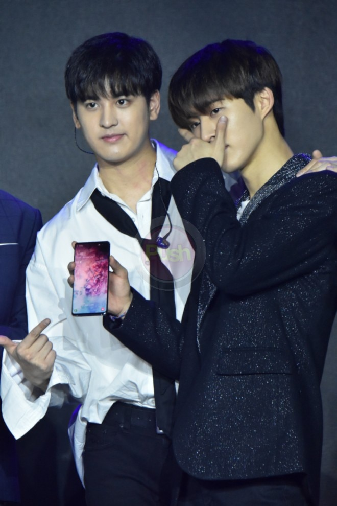 Kpop boyband 'iKon' performed in the event of smartphone brand Samsung.