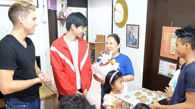 WATCH: Richard Juan surprises moms with flowers and cookies for Valentine's Day