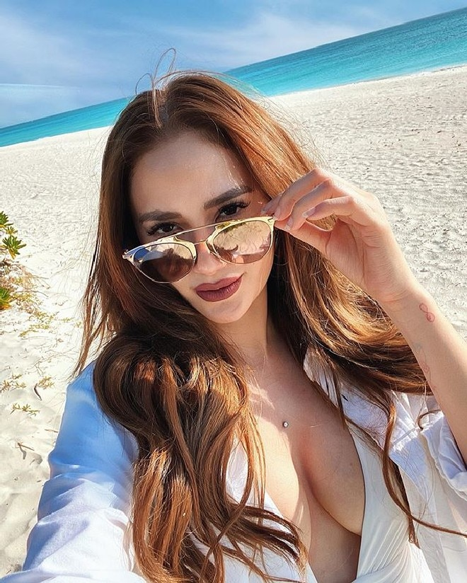 Arci Munoz all dolled up as she takes a selfie by the shore