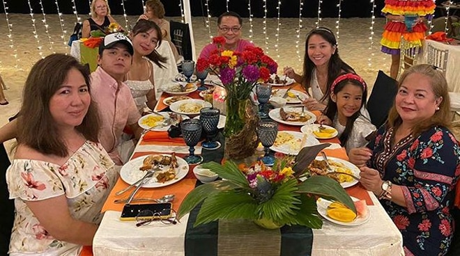 LOOK: Daniel Padilla joins family of Kathryn Bernardo for New Year's Eve celebration