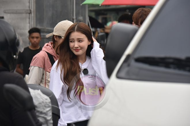 Nancy joins clean up drive for the Korean show Law of the Jungle.