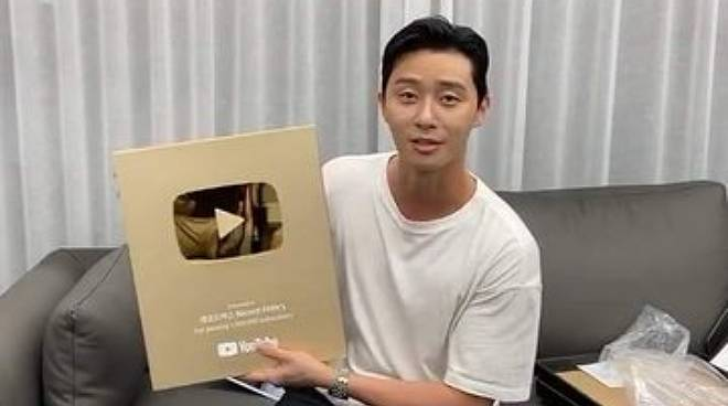 Park Seo-joon hits 1 million subscribers on YouTube, receives Gold Play Button